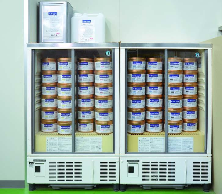 K-サプライインキ「KG-911」を、改造したビール用の冷蔵庫に入れて22℃で管理。常にベストな状態に。